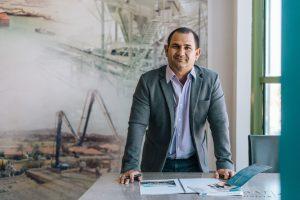 """Kurt Verbist, Cluster Directeur Janssen de Jong Curaçao & Bonaire: """"Met de komst van deze 3D betonprinter willen we vooruitlopen op het gebied van bouwinnovatie in de regio, waarbij we betaalbaar en modern wonen mogelijk maken voor de bevolking."""""""